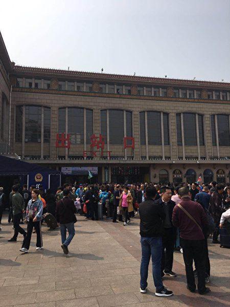 北京車站出口到處是截訪人員。(受訪者提供)