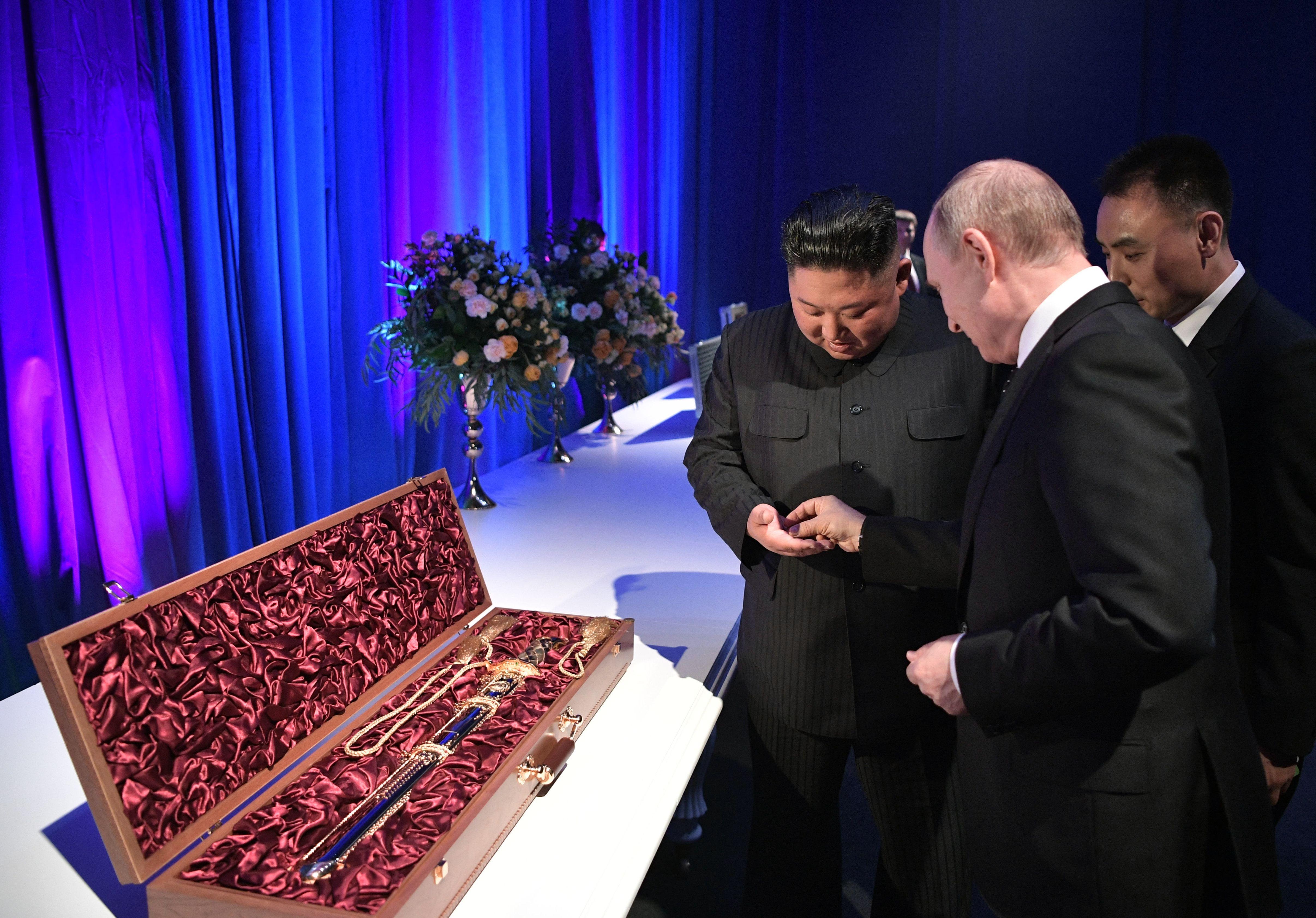 金正恩與普京互贈「刀光劍影」禮物