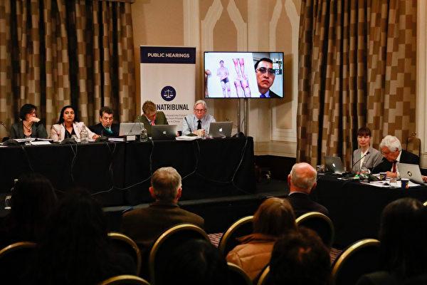 2019年4月6日,證人Yu Ming通過影片連線向法庭展示了他在中國勞教所裏遭受酷刑時受傷的圖片。(Simon Gross/大紀元)