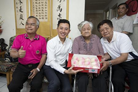 林康女士百歲生日將至,林智堅送上壽桃慶祝