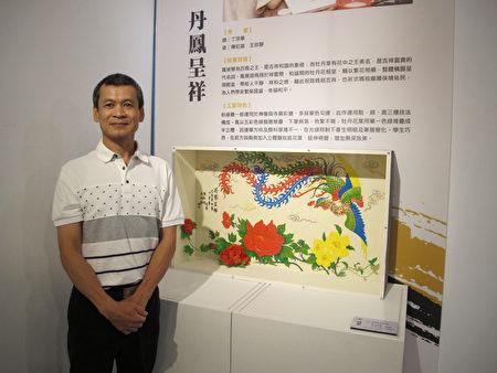丁宗华老师和学生共同完成的粉线雕作品丹凤程翔。(廖素贞/大纪元)