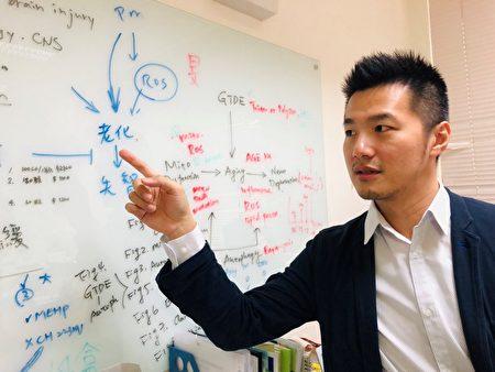 招名威博士在实验室内的课题指导,说明毒物累积容易导致人体代谢速率下降,造成老化。