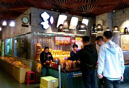 传统地瓜酥也受现代年轻人喜爱。