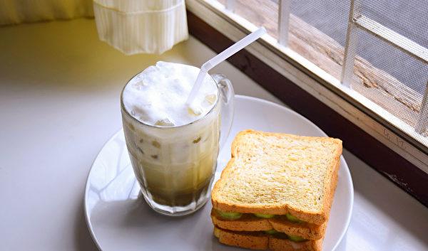 中風之後,醫師開始禁絕食用精緻麵包、奶茶這類代餐食物。(Pixabay)
