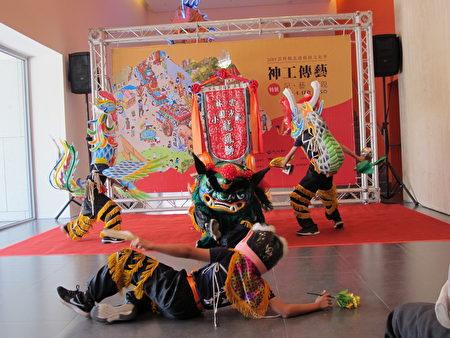 开幕活动由飞沙国小龙凤狮队开演热场。(廖素贞/大纪元)