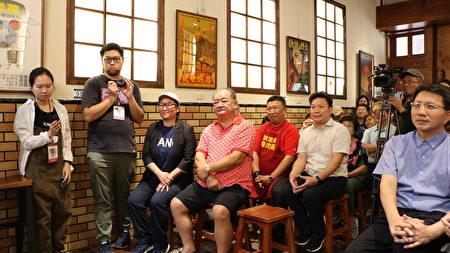 成功不是偶然,林聪明沙锅鱼头父女并肩而坐(1排左1,2),生意好到一天要准备5千份食材,客人慕名而来,有的一等就是2.5小时。