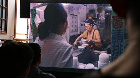 影片中阿娥豆花老板娘黄阿娥相当忙碌。