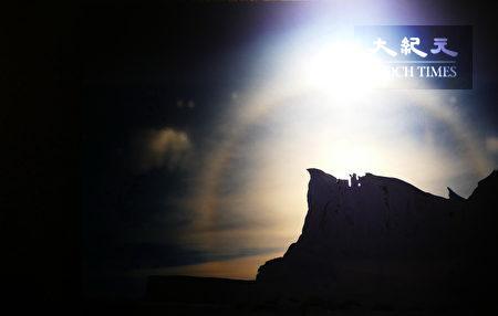 冰山上方横跨一条美丽彩虹,似有一仙人伫立冰山上,如真似幻。