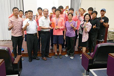 水里乡长陈癸佑(前排左3)颁发奖金12,000元鼓励水里国中男子划船队。