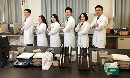 招名威博士(右3)与组织实验室研发团队共谋防毒大计。