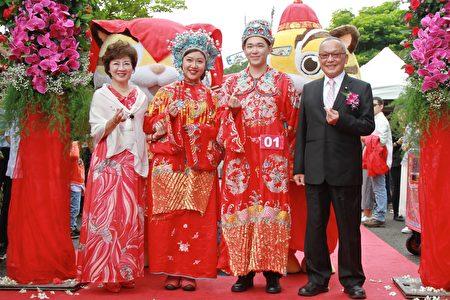 苗縣長徐耀昌夫婦為孟柔吟、徐啟桄送上愛的祝福,揭開婚禮序幕。