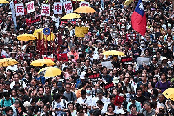 香港「民間人權陣線」28日發起「反送中」遊行,有大量民眾赴立法會外進行集會,要求撤回修訂《逃犯條例》。(Anthony WALLACE/AFP)