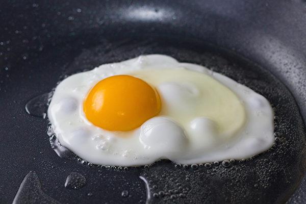 煎鸡蛋时容易黏锅、弄破蛋黄,怎样做出好看又好吃的煎蛋?(Shutterstock)