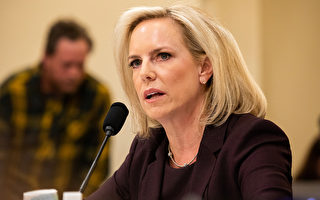 美国国土安全部长克丝珍.尼尔森表示,将加速在美国南部边境部署数百名官员,把寻求庇护的移民遣返回墨西哥。(Aurora Samperio/Getty Images)