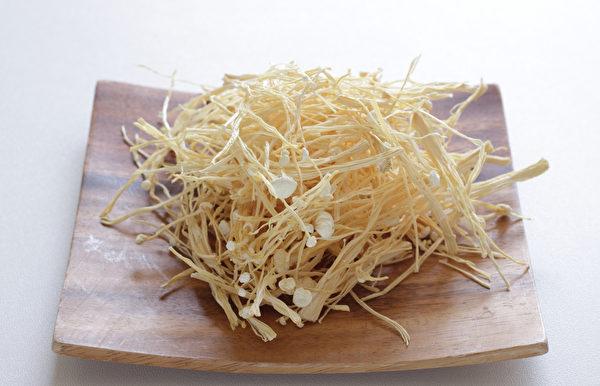 金针菇经过日晒干燥再冲泡成茶后,其中的减肥营养成分更容易被人体吸收。(Shutterstock)