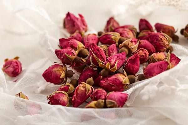 挑選玫瑰花,以花朵大、完整、紫紅色、不露芯、香氣濃鬱的花蕾為最佳。(Shutterstock)