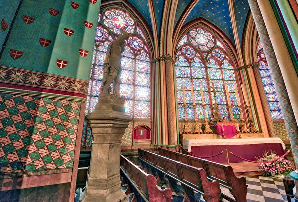 巴黎圣母院教堂内部装饰华丽。(shutterstock)