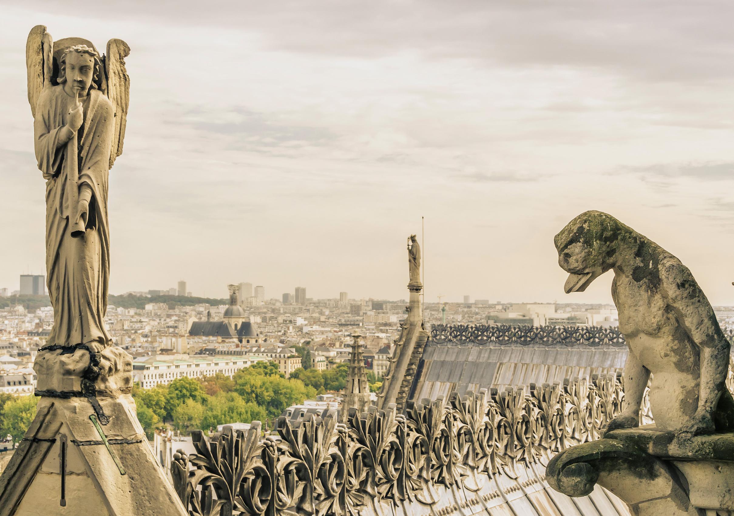 巴黎聖母院鐘塔上的石像怪聆聽著天使的號令,守護著教堂的安寧。(Alfonso de Tomas/shutterstock)