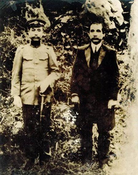 1912年(民國元年)孫中山蒞臨太原與閻錫山合照。(公有領域)