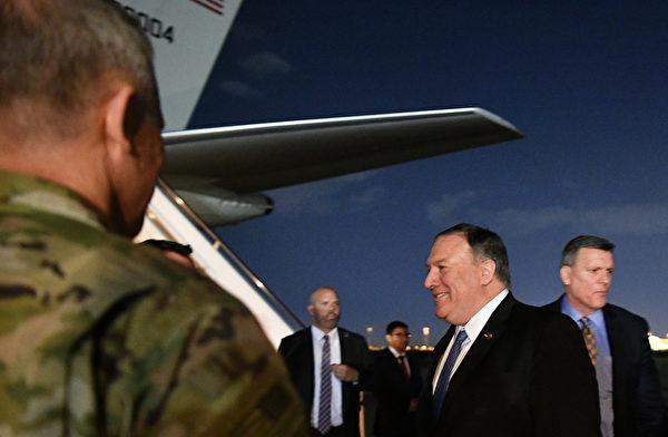 美國國務卿邁克・蓬佩奧(Mike Pompeo)5月7日突訪巴格達,並會見了伊拉克總理和其他高級官員,討論美國人在伊拉克的安全問題。(MANDEL NGAN/POOL/AFP)