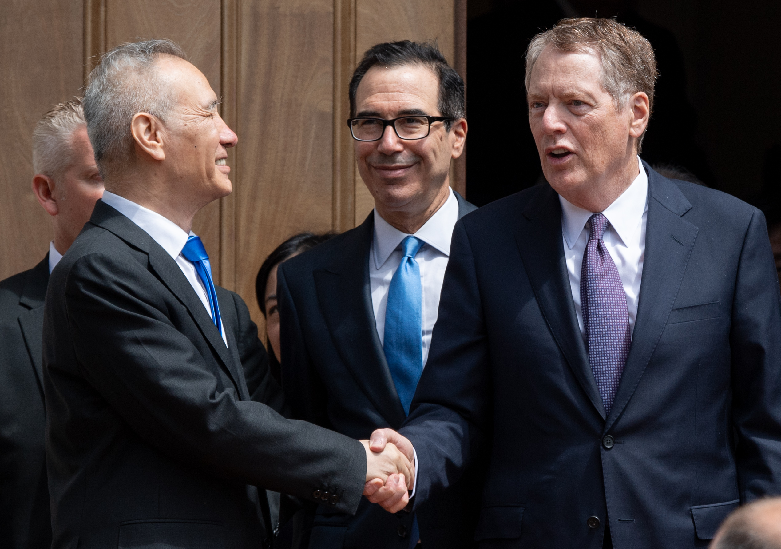 白宮首席經濟顧問庫德洛表示,仍然期待中方官員在參加完北戴河會議之後,來到華盛頓進行正面的協商。圖為今年5月初,劉鶴率團來美國首都參加貿易談判。 (SAUL LOEB/AFP)