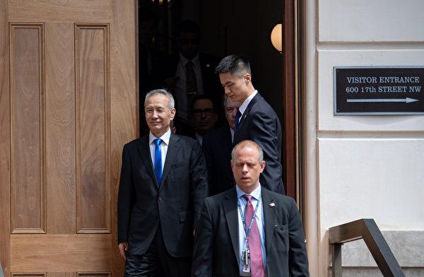 中共副總理劉鶴在午間離開美國貿易代表辦公室。(SAUL LOEB / AFP)