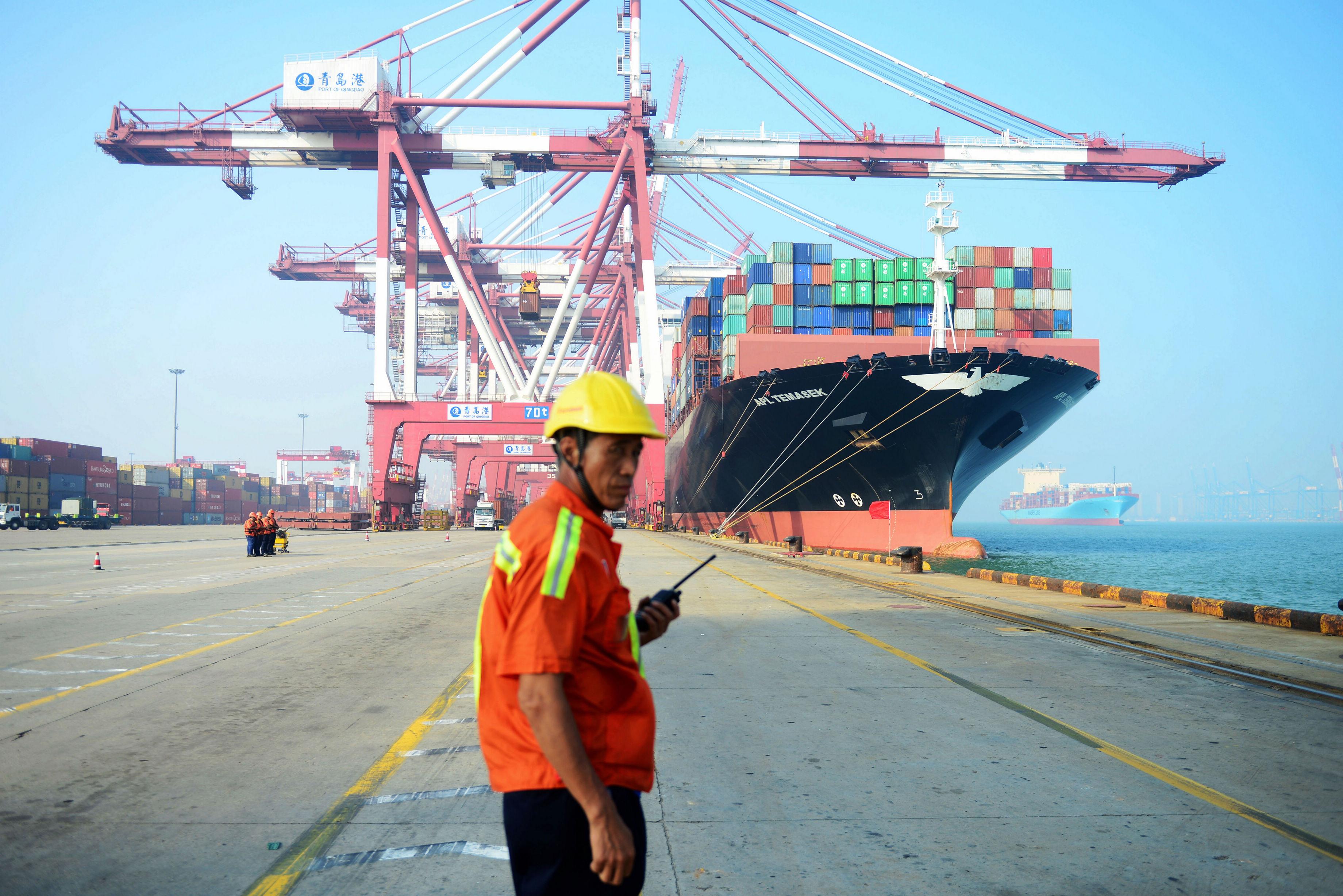 路透社最新調查結果顯示,受到中美貿易戰的影響及內外需求疲弱等因素影響,7月份,中國出口可能連續第二個月下滑,而進口大跌。與去年同期相比,出口預計下降2%,進口下降8.3%。圖為中國青島港口。(STR/AFP)