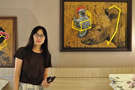 「好思當代畫廊」經理張玉美與參展作品,畫家用強烈的視覺效果呈現社會議題:犀牛的悲歌,都是犀牛角惹的禍