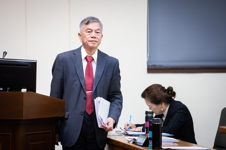 經濟部長沈榮津(左)表示,盤點目前等待審議的50案後,台商回台投資年度目標可破5,000億,達到5,500或6,000億。 (陳柏州/大紀元)