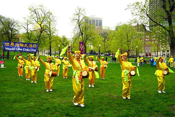 法輪功學員在慶祝活動中表演腰鼓舞。(明慧網)