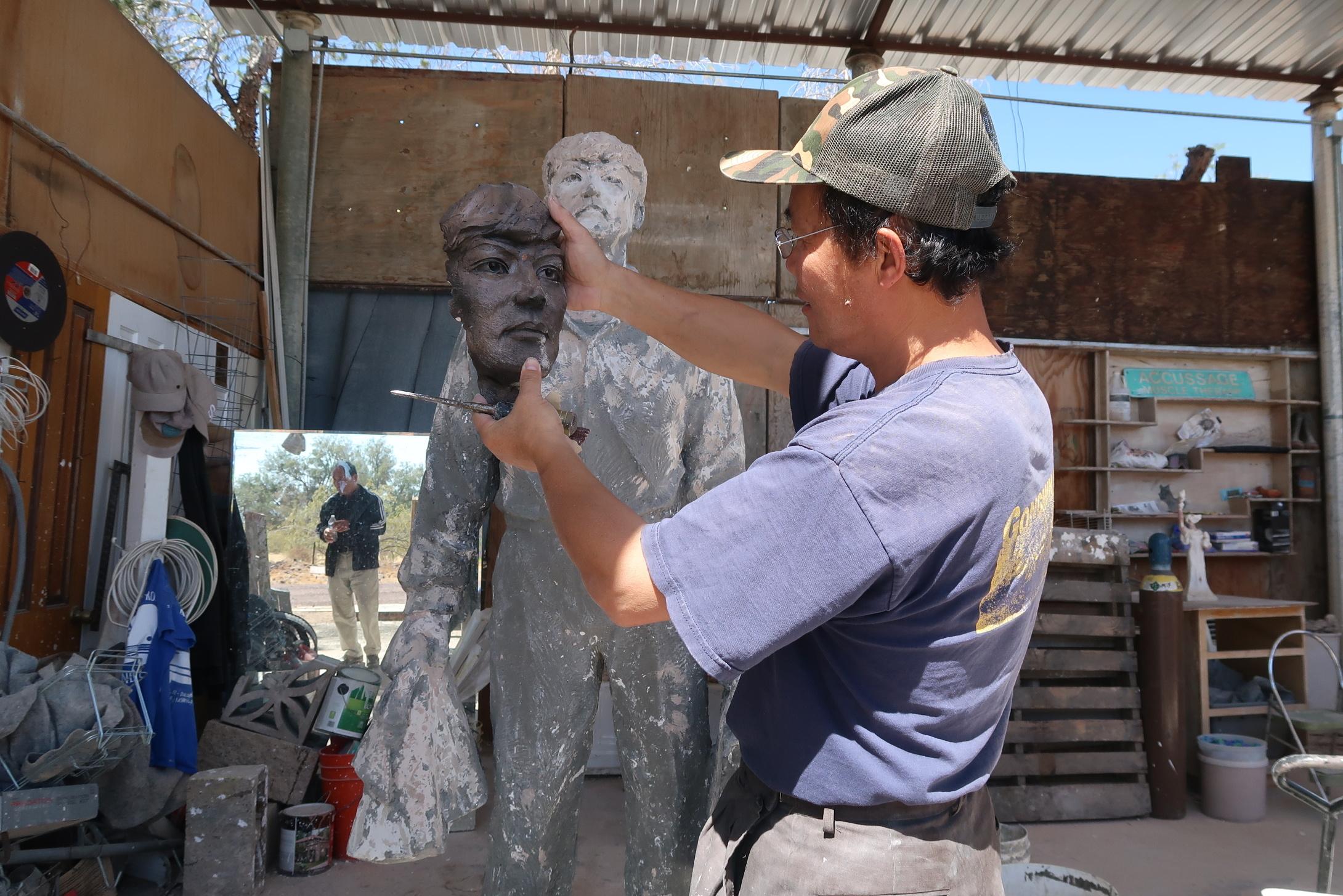 六四雕塑家陳維明創作的全球首座「王維林擋坦克」雕塑完成翻模階段。(徐繡惠/大紀元)