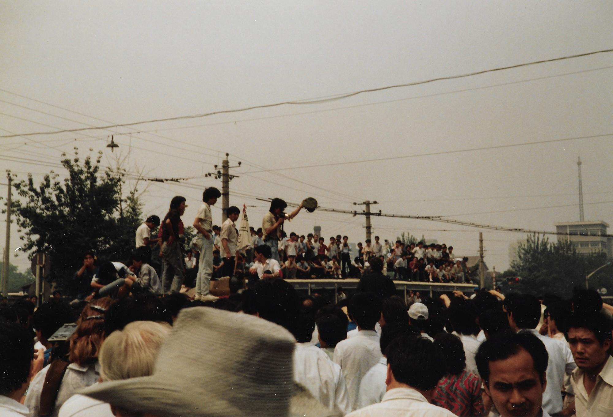 1989年6月3日上午,北京市木樨地路口。(王珍提供)