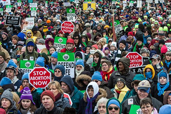 阿拉巴马州参议会周二(5月14日)晚间,通过了美国最严格的堕胎禁令。图为反堕胎抗议者在华盛顿特区参加March for Life集会。(Brendan Hoffman / Getty Images)