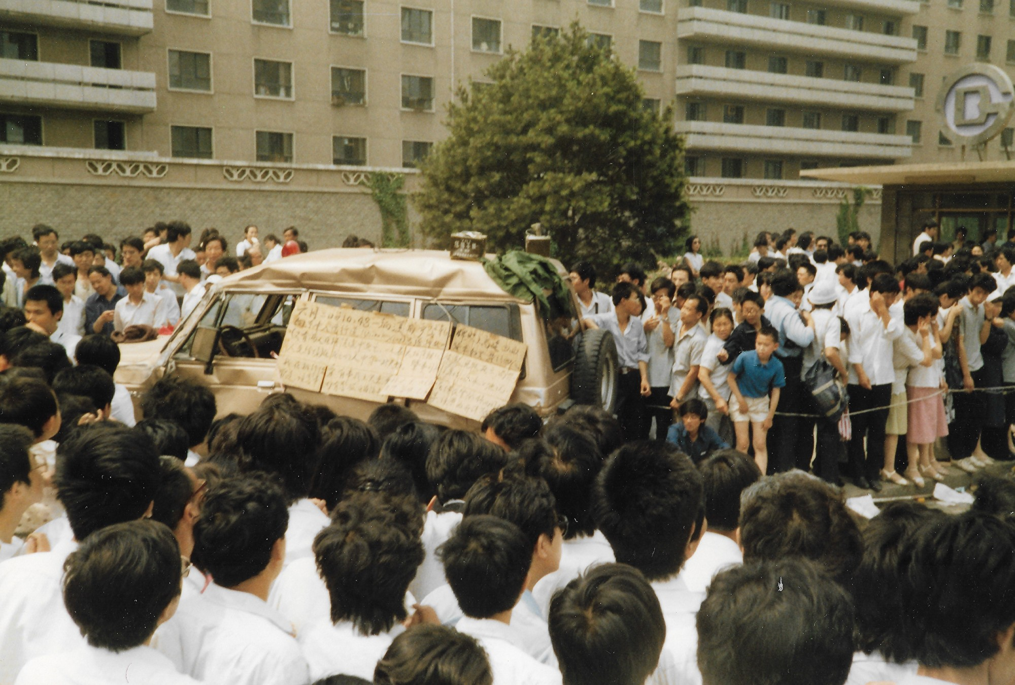 1989年6月3日上午,北京市復興路22樓下。此為壓死3人的軍警車。(王珍提供)