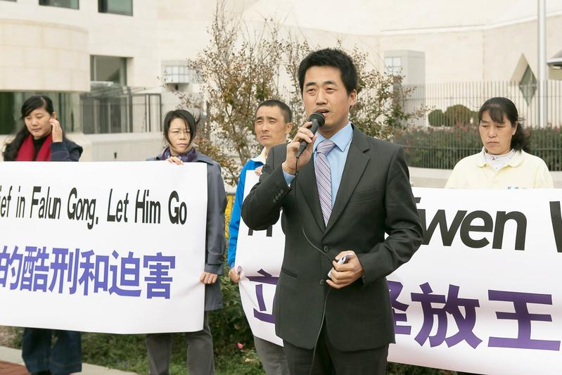 從國內到海外,彭永峰積極參與營救法輪功學員、呼籲法辦江澤民。圖為2014年10月攝於華盛頓DC。(李莎/大紀元)