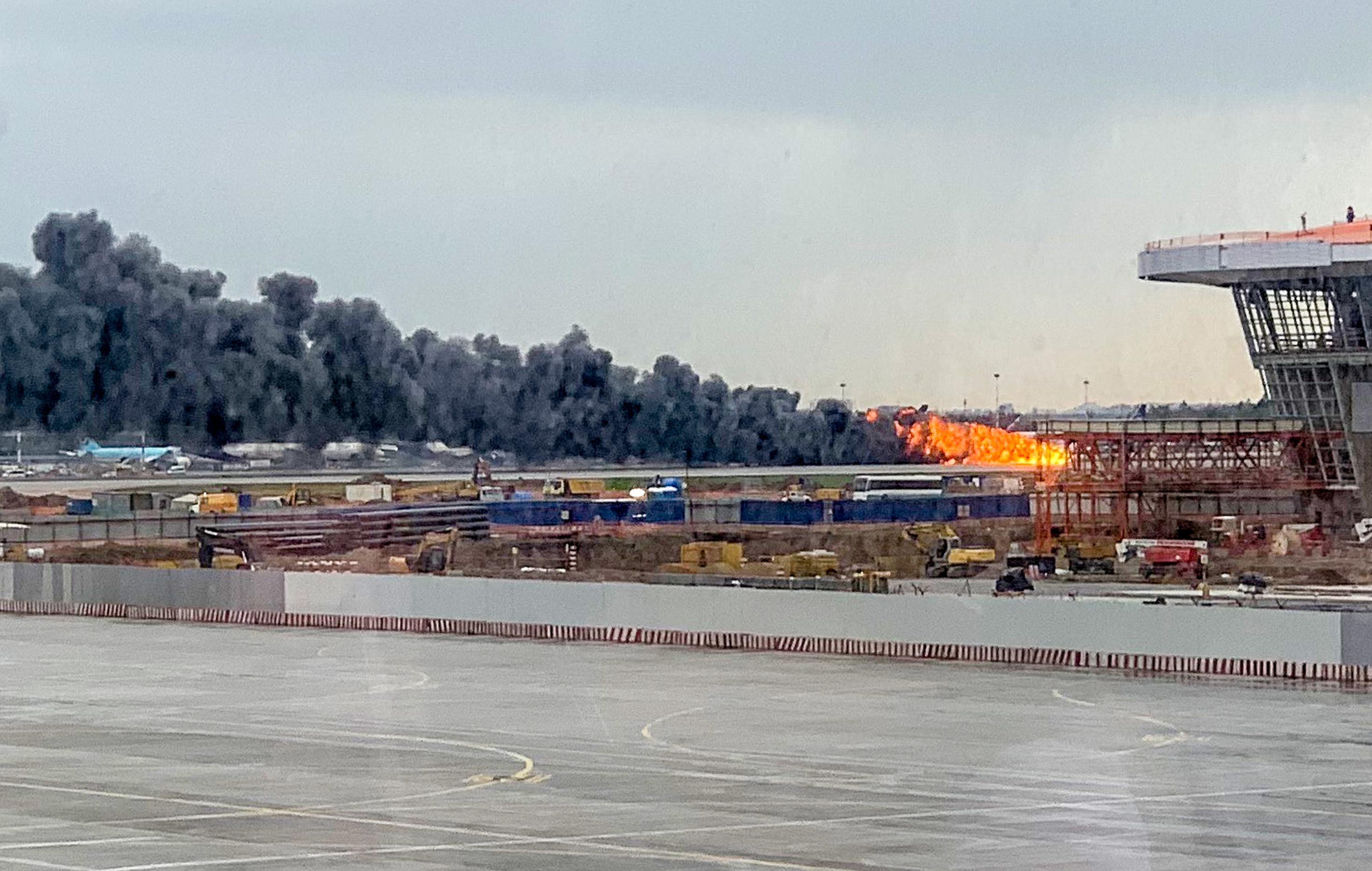 俄航客機莫斯科機場急降起火 至少41死