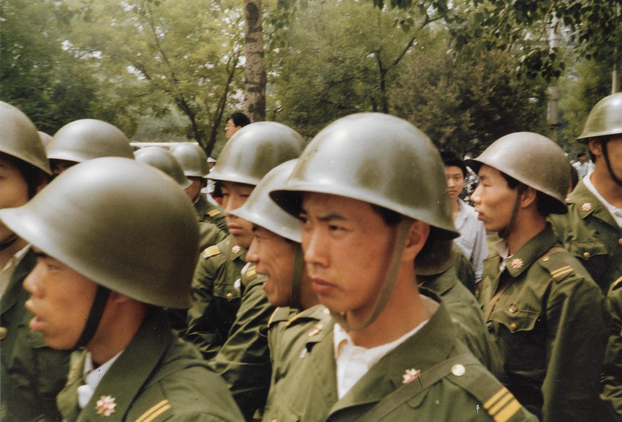 1989年6月3日上午,一路軍人在北京長安街木樨地受阻。他們要拖回壓死人的警車。(王珍提供)