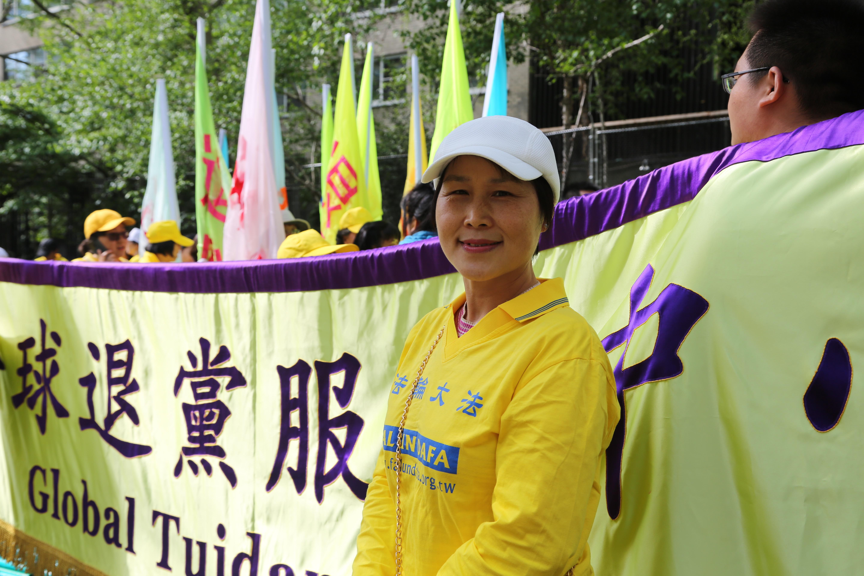 台灣法輪功學員程曦多年堅持在景點用喇叭向中國旅遊團講真相。(施萍/大紀元)