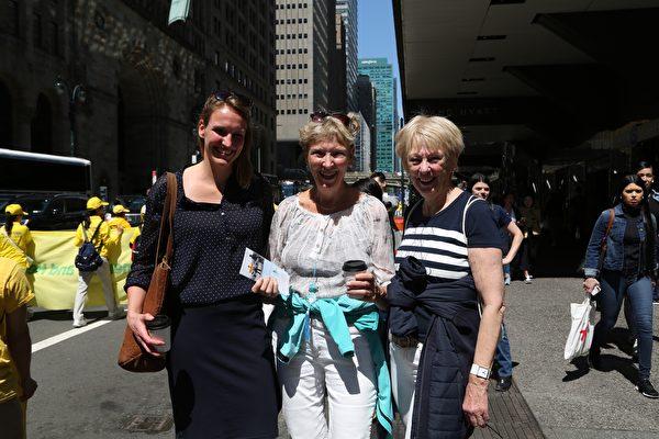 荷蘭遊客艾弗洛(Linda Evvlo)和媽媽及友人喜愛法輪功學員的遊行,讚美真、善、忍理念。(施萍/大紀元)