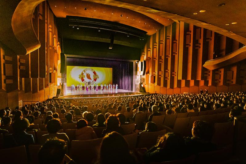 2019年3月20日晚,美國神韻世界藝術團在南韓水原京畿道文化殿堂的演出,謝幕時爆滿的觀眾以熱烈的掌聲感謝神韻藝術家。(全景林/大紀元)