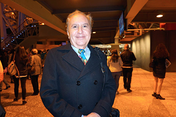 2019年4月4日晚,在墨西哥的墨西哥城國家禮堂(Mexico City Auditorio Nacional),國際知名攝影師、劇作家Manuel Penafiel觀看了神韻巡迴藝術團的在墨西哥的首場演出。(林南宇/大紀元)