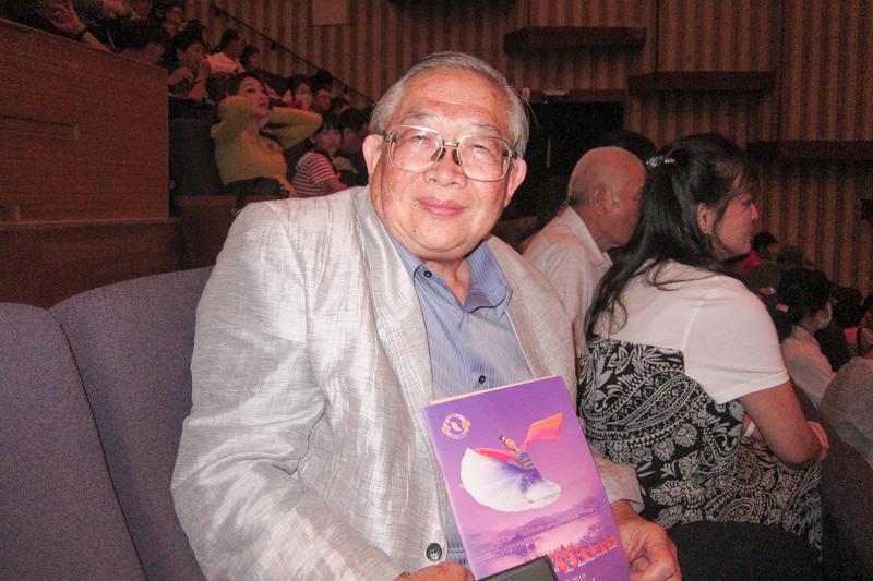 2019年4月7日午間,台灣小吃美食兩岸交流協會理事長周志傑觀賞神韻世界藝術團在高雄文化中心的演出。(簡惠敏/大紀元)