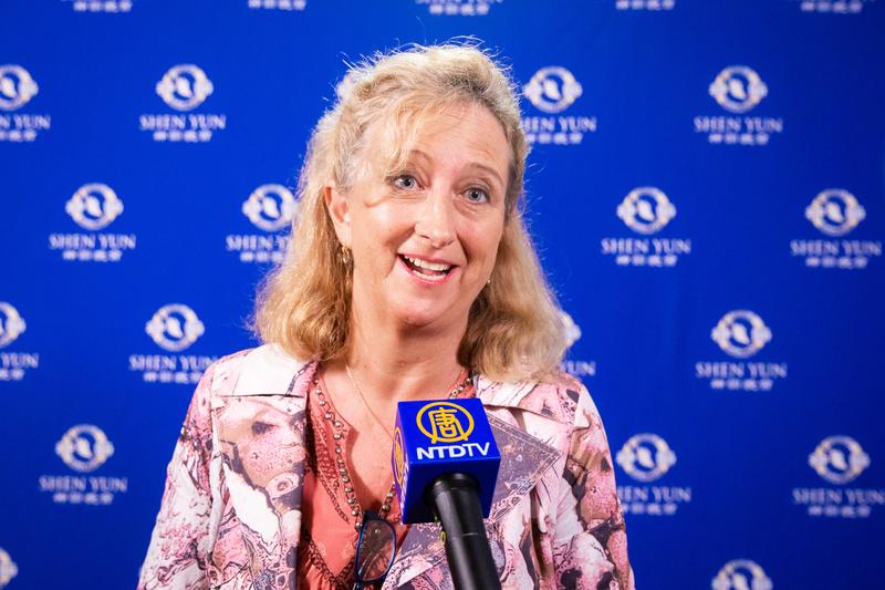 2019年4月11日晚上,Voice Coach Linda Slade觀賞神韻世界藝術團在台北國父紀念館的演出。(陳柏州/大紀元)