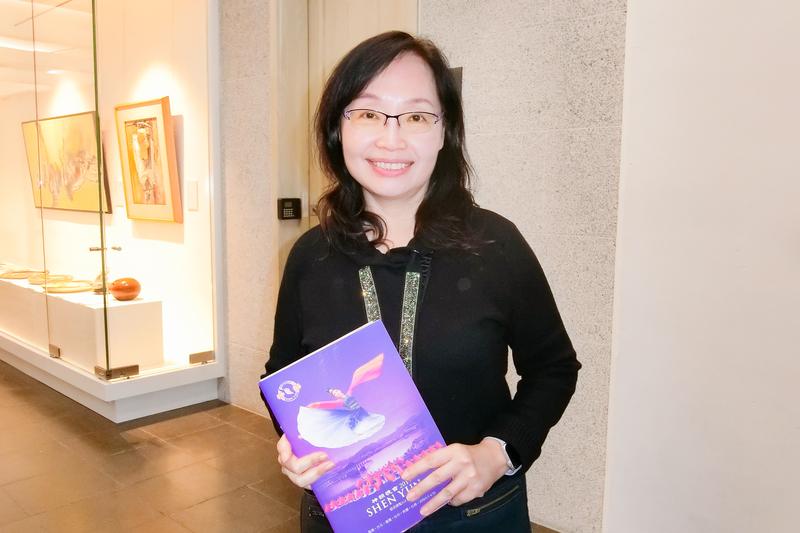 2019年4月13日晚上,自由時報總編輯鄒景雯觀賞神韻世界藝術團在台北國父紀念館的演出。(戴德蔓/大紀元)
