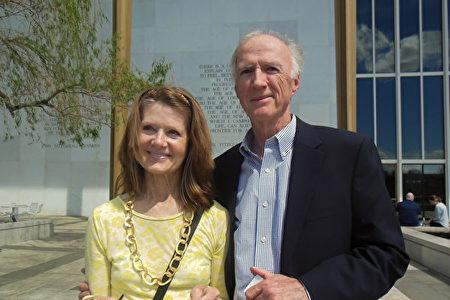 4月20日下午,美國聯邦財政部前高管Dan攜太太Mary觀看了神韻北美藝術團在甘迺迪藝術中心歌劇院的演出。(李辰/大紀元)