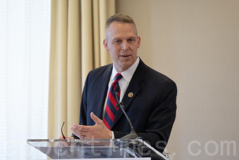 國會議員Scott Perry表示,特朗普總統採取的立場比美國當代的所有總統都更為堅定。(林樂予/大紀元)