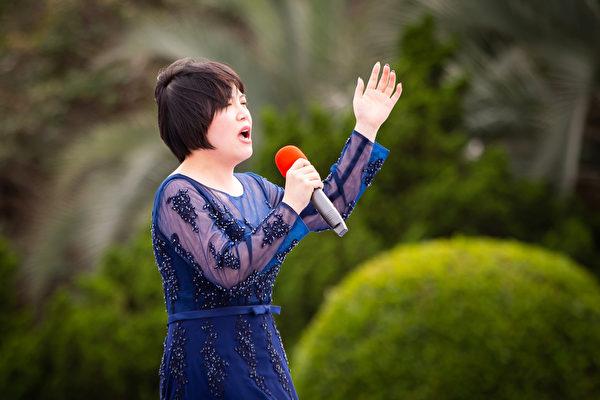 台北部份法輪功學員5月5日在國父紀念館前舉辦活動,歡欣慶祝法輪大法洪傳27周年。圖為女高音獨唱。(陳柏州/大紀元)