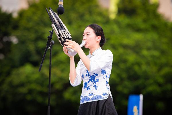 台北部份法輪功學員5月5日在國父紀念館前舉辦活動,歡欣慶祝法輪大法洪傳27周年。圖為笙獨奏。(陳柏州/大紀元)