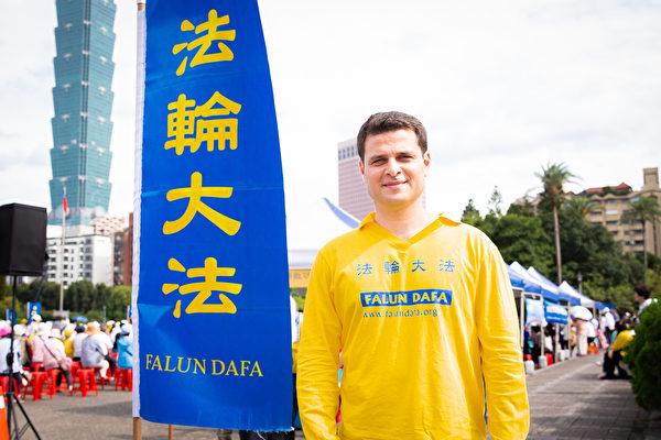 來台灣學中文的阿根廷籍學生安德思說,敬祝師父生日快樂。(陳柏州/大紀元)