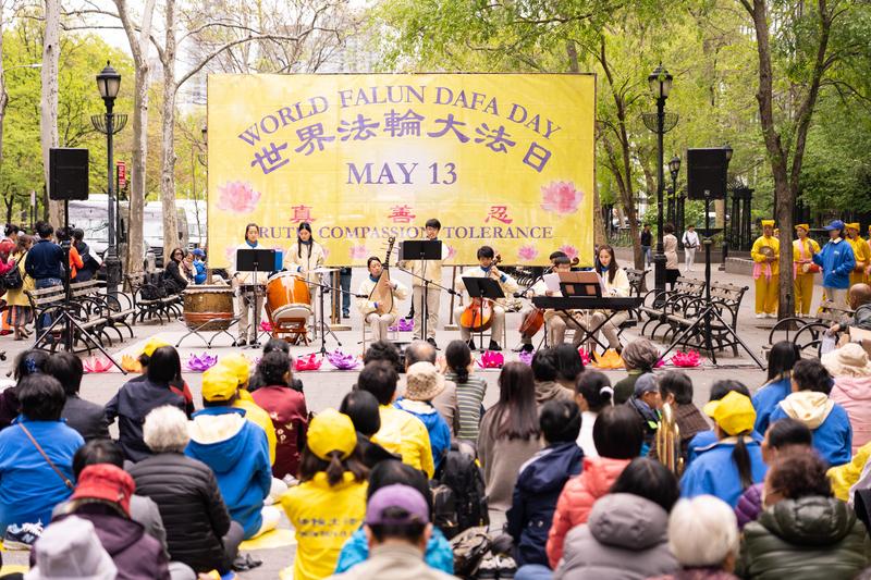 紐約法輪功學員在紐約聯合國廣場上舉辦慶祝活動。(戴兵/大紀元)